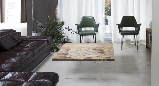 Tavolino da salotto in legno dipinto a mano e base in cristallo.