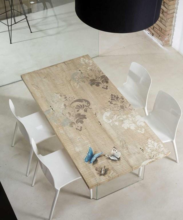 Tavolo in legno dipinto a mano e basamento in cristallo trasparente.