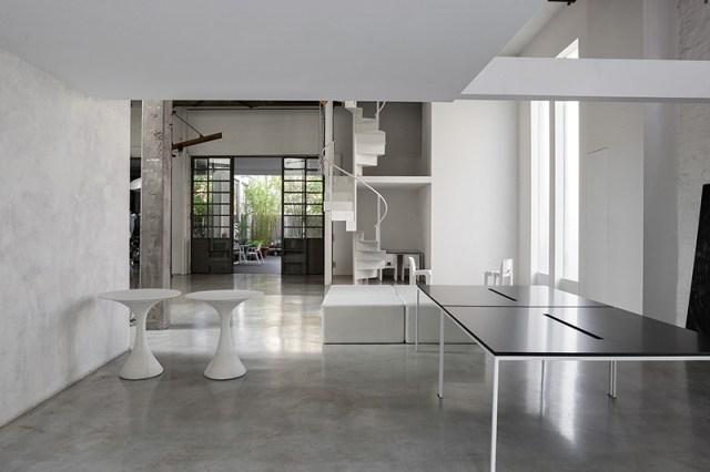 Casa interno con pavimenti in cemento e ambienti total white.