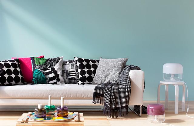 Divano bianco con cuscini della collezione Marimekko, fantasie geometriche.