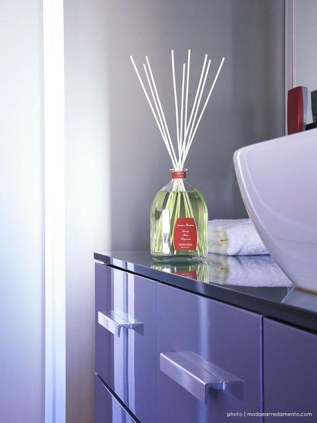 essenza per ambiente in bagno profumo limone con bacchette midollino
