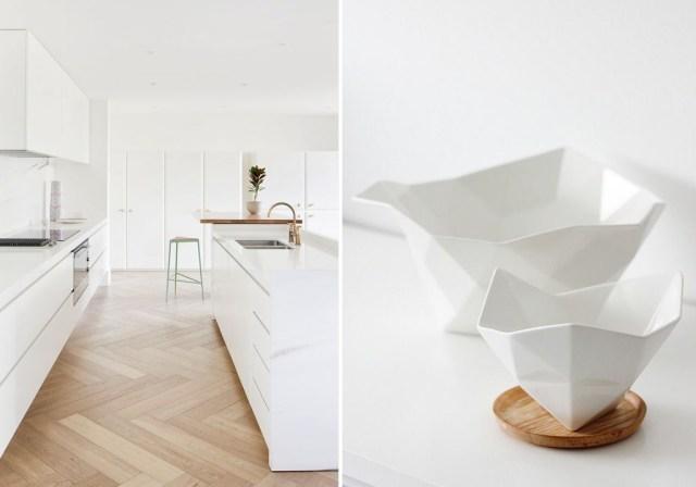 Cucina bianca con accessori in ceramica bianca e legno.