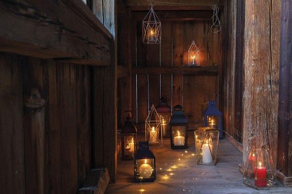 Atmosfere di Natale in casa: le candele e le lanterne da accendere.
