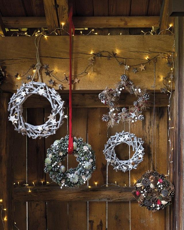 Atmosfere di Natale in casa: le corone da appendere bianco e legno.