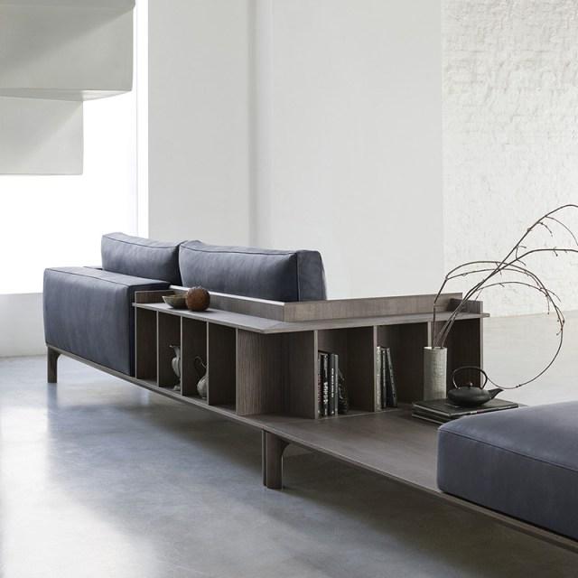 Place di Doimo Salotti - divano in pelle con libreria a schienale.