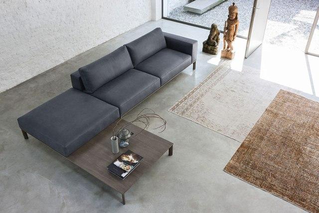 Place di Doimo Salotti - divano in pelle in composizione ad angolo con tavolino.