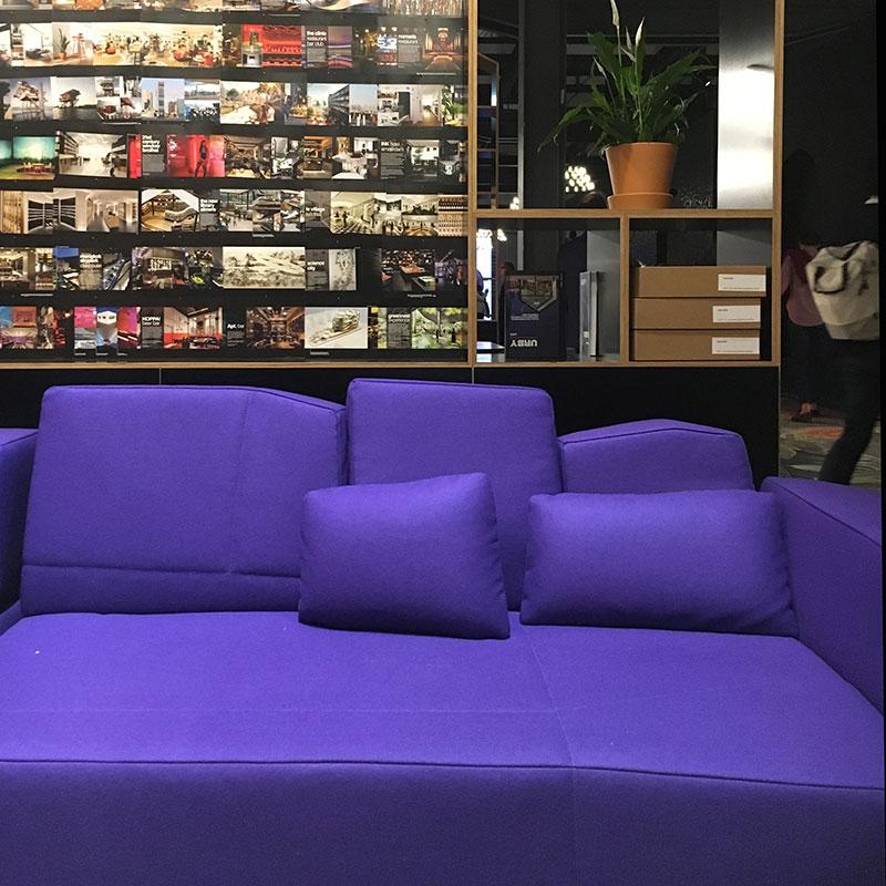 FuoriSalone 2018 - Moooi divano viola