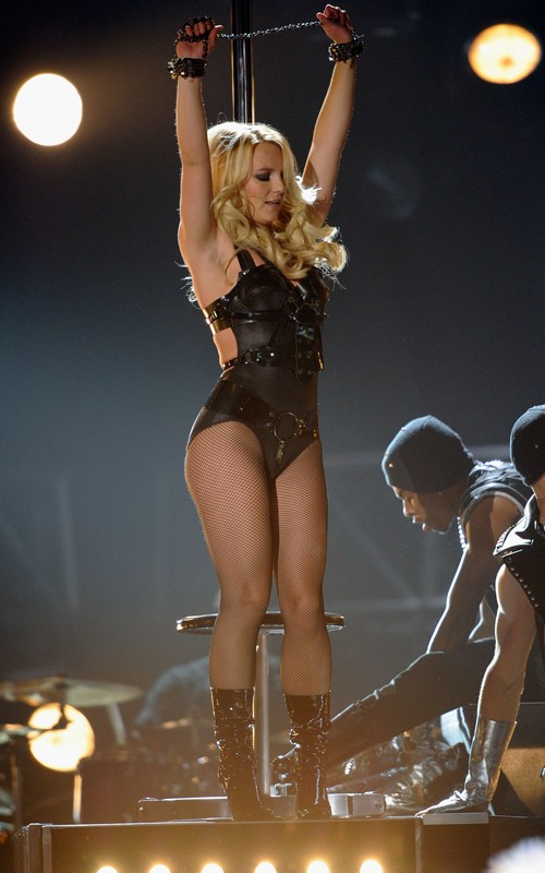 rihanna-spears-billboard-2011-beso3