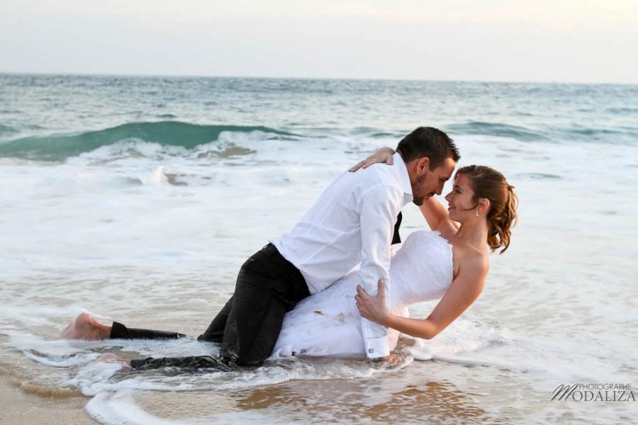 photo couple mariés trash the dress love session cap ferret village pecheur ocean se jeter à l'eau mer vagues chaussures bleu gironde by modaliza photographe-175