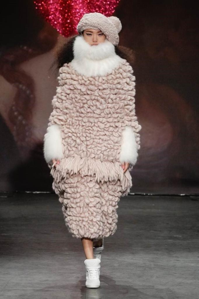 Beeld bij de tentoonstelling Insteken Omslaan van hand knit loop credit christopher dadey for sibling