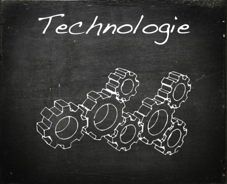 Modarium schoolbord voor technologie met symbolen bij toekomstscenario technologie