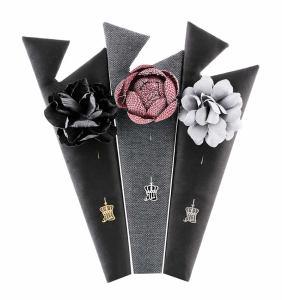 Bloom for Men , Atasay'ın erkek mücevher modasına kazandırdığı yepyeni bir aksesuar tasarımı. Stil sahibi erkeklerin şıklığını tamamlayacak yaka çiçekleri bu yılın modası olmaya aday.