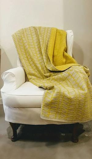 Yellow and Grey Pattern Fuzzy Fussenegger Throw. 165.-