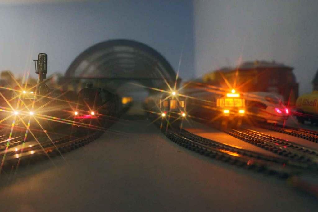 Blick in den Bahnhof Lailingen bei Dämmerung