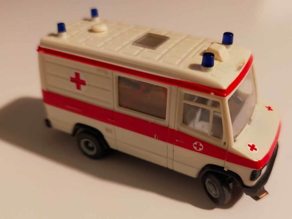 Rettungswagen des Deutschen Roten Kreuz für das Car-System auf der Modellbahn