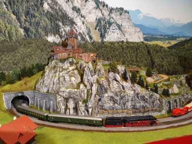 Burg mit Dampflok und 2045