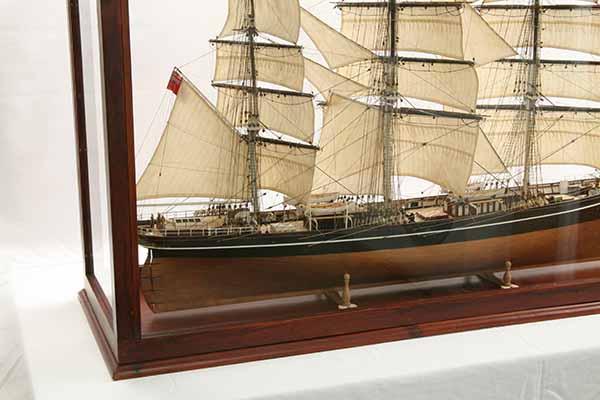 Photos ship model Cutty Sark in display case