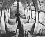 Ein britischer Prototyp aus den 1920er Jahren dürfte sicherheitsbewussten Passagieren dagegen Bauchschmerzen bereitet haben: Es handelt sich um eine Flugzeugkabine! (Bild: The Flight Magazine Archive, CC BY SA 4.0)