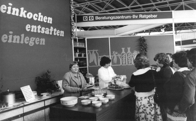 Erfurt, iga-Gelände, Beratungszentrum zur Verarbeitung von Obst, 1981 (Foto: Jürgen Ludwig, Bild: Bundesarchiv Bild 183-Z0824-018)