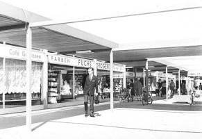"""Garbsen, """"Auf der Horst"""", Ladenzeile, Mitte 1960er Jahre (Foto: Rudolf Guthmann, Bild: Stadtarchiv Garbsen)"""