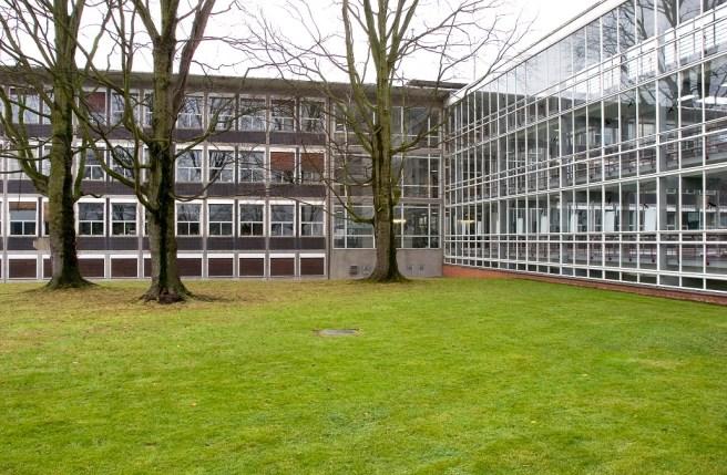 Stadthaus Krefeld (ehemals Verwaltungsgebäude Verseidag, Egon Eiermann, 1951-53) mit Verbindungstrakt (rechts) zum Lagerhochhaus (Foto: LVR-ADR, Thomas Ströter, 2007)