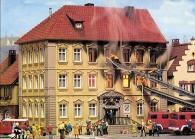 """Eines von Oliver Elsers Lieblingsmodellen: das """"Brennende Finanzamt"""" von Pola (Bild: historischer Karton)"""