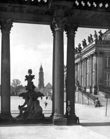 Potsdam, Blick durch die Kolonnaden des Stadtschlosses auf die Garnisonkirche, zwischen 1928 und 1944 (Bild: Bundesarchiv Bild 170-266, Foto: Max Baur, CC BY SA 3.0)