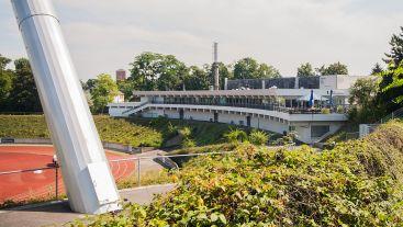 Bonn, Sportpark Nord, die Terrasse des Sporthallenzentrums mit Blick ins Stadion (Bild: Eckhard Henkel, CC BY SA 3.0)