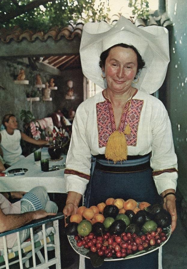 Oder doch lieber etwas Obst - gereicht von einer Jugoslawin mit eindrucksvollem Kopfschmuck? (Bild: Time Life)