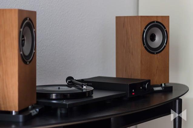 Rega RP1 Plattenspieler mit Tannoy Revolution XT 6 Lautsprechern