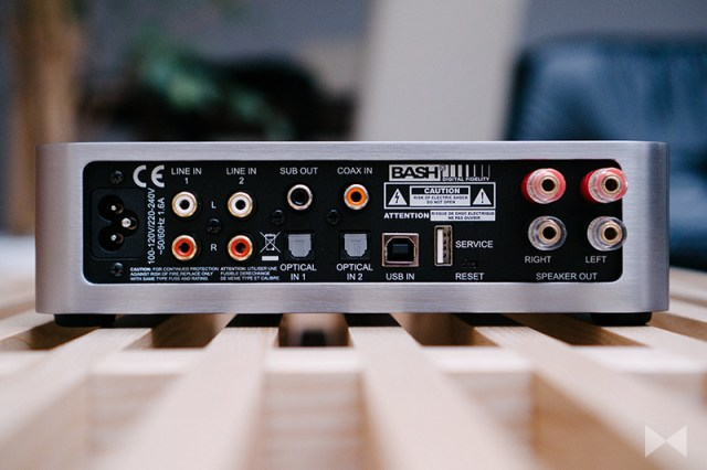 Elac EA101EQ-G Anschlüsse am Stereo-Verstärker