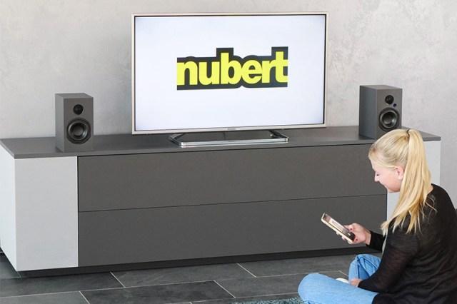 Nubert nuBox A-125 Lautsprecher mit Bluetooth-Steuerung am Smart-TV