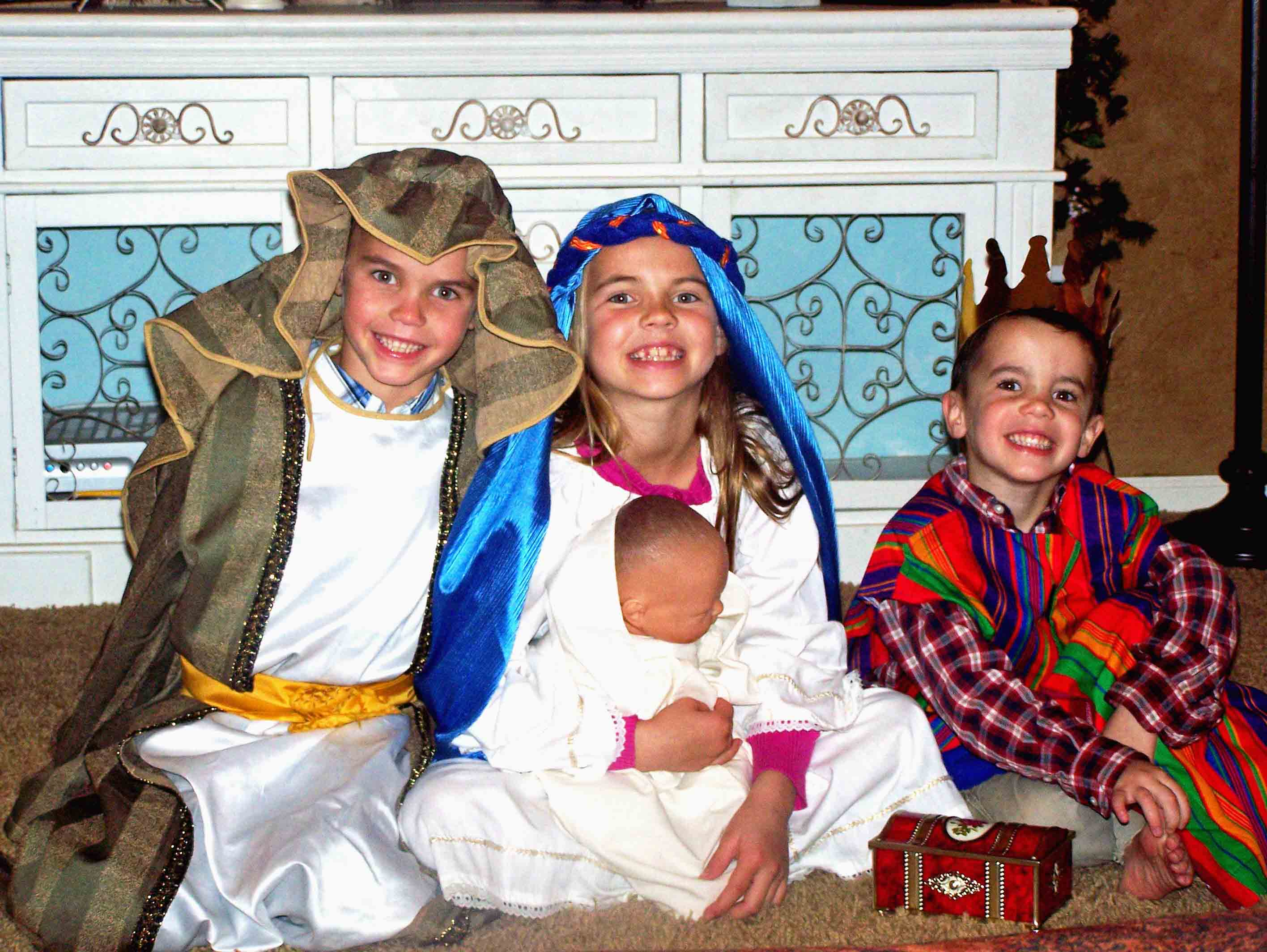 Christmas Bucket List. 10 Ways to Feel the Christmas Spirit by Modern Honey. Kids Nativity.