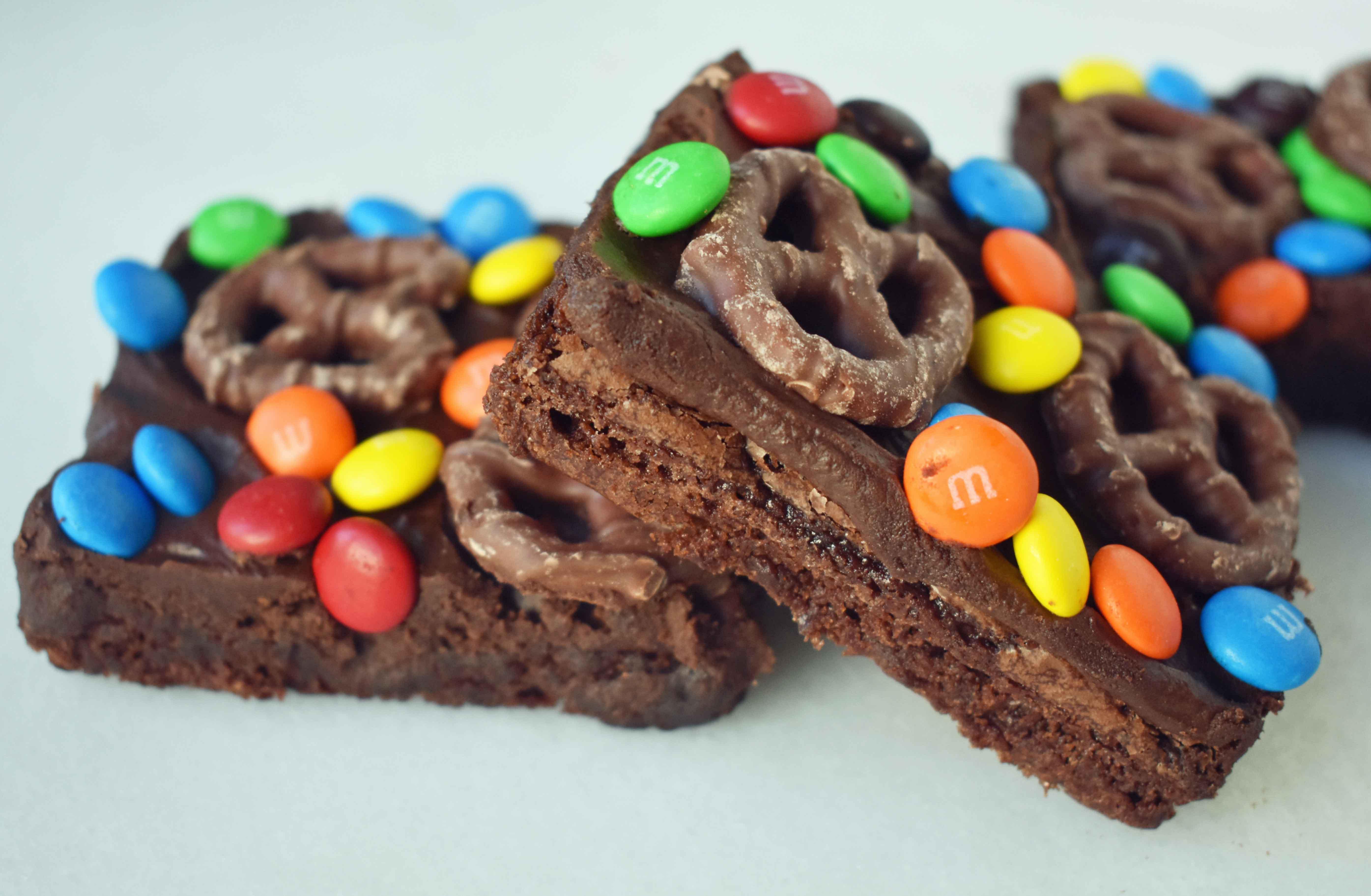 Super Bowl Chocolate Covered Pretzel Brownies | Modern Honey