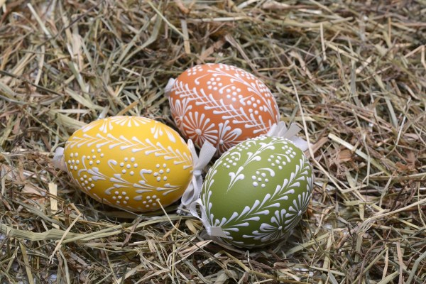 From rubber bands, to Sharpie markers, to puffy paint. Here are a few easy Easter egg decorating ideas.