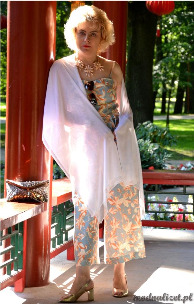 Modna Lizet z białym szalem