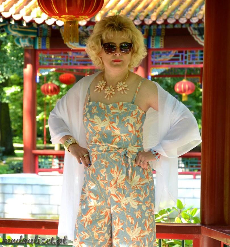 Modna Lizet stoi w chińskim ogrodzie