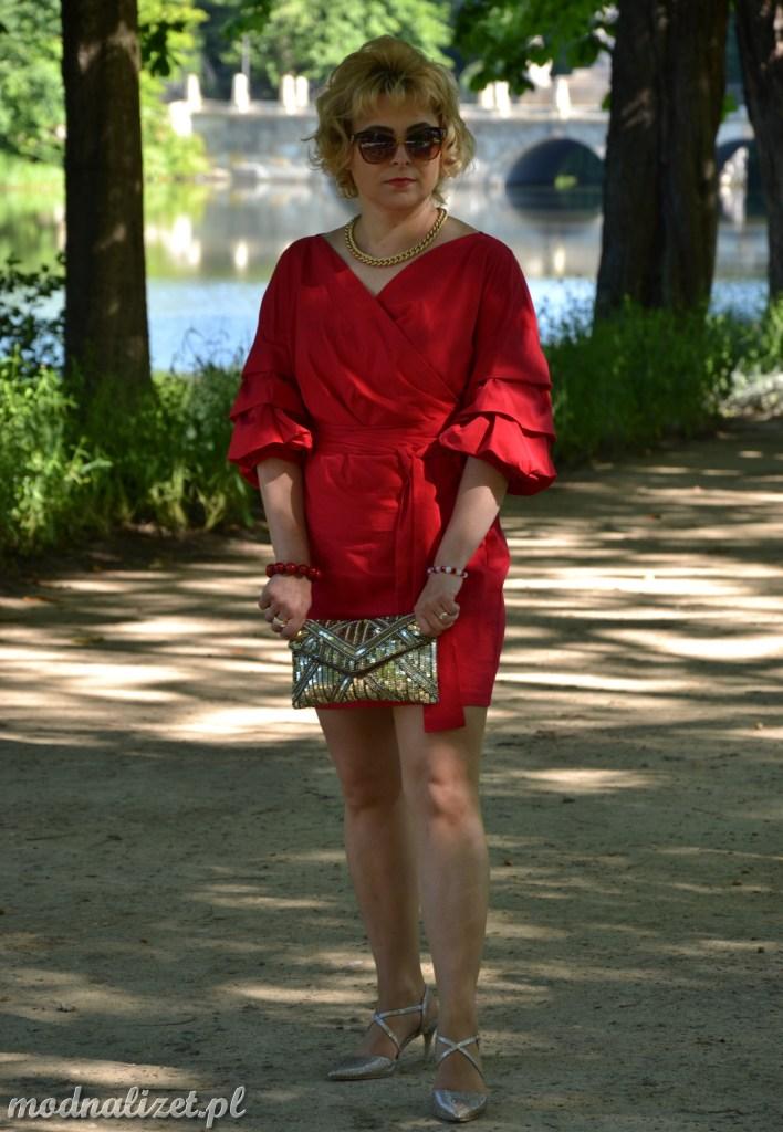 Modna Lizet w seksownej malinowej sukience