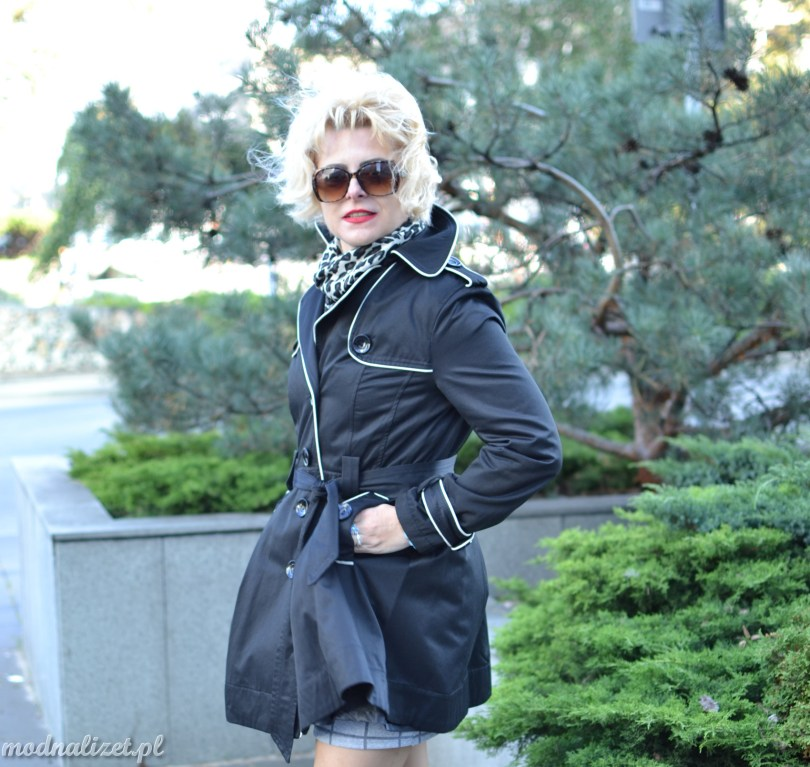 Krótki płaszcz z białą lamówką