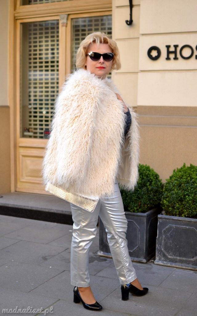 Srebrne spodnie i białe futerko