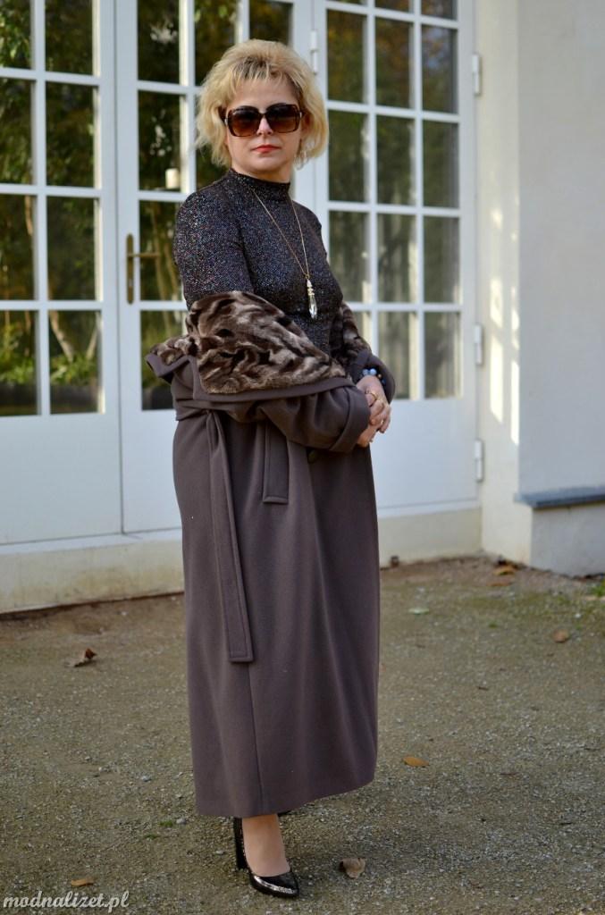 Mieniąca się sukienka i jesienny płaszcz