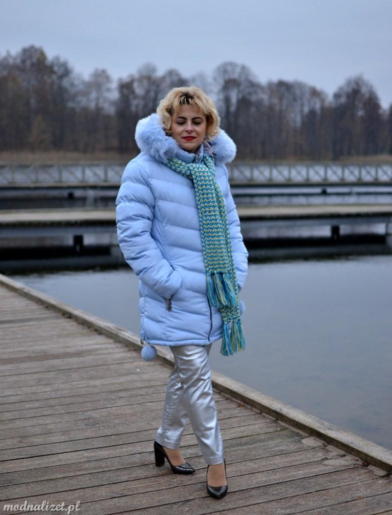 Modna Lizet w błękitnej kurtce