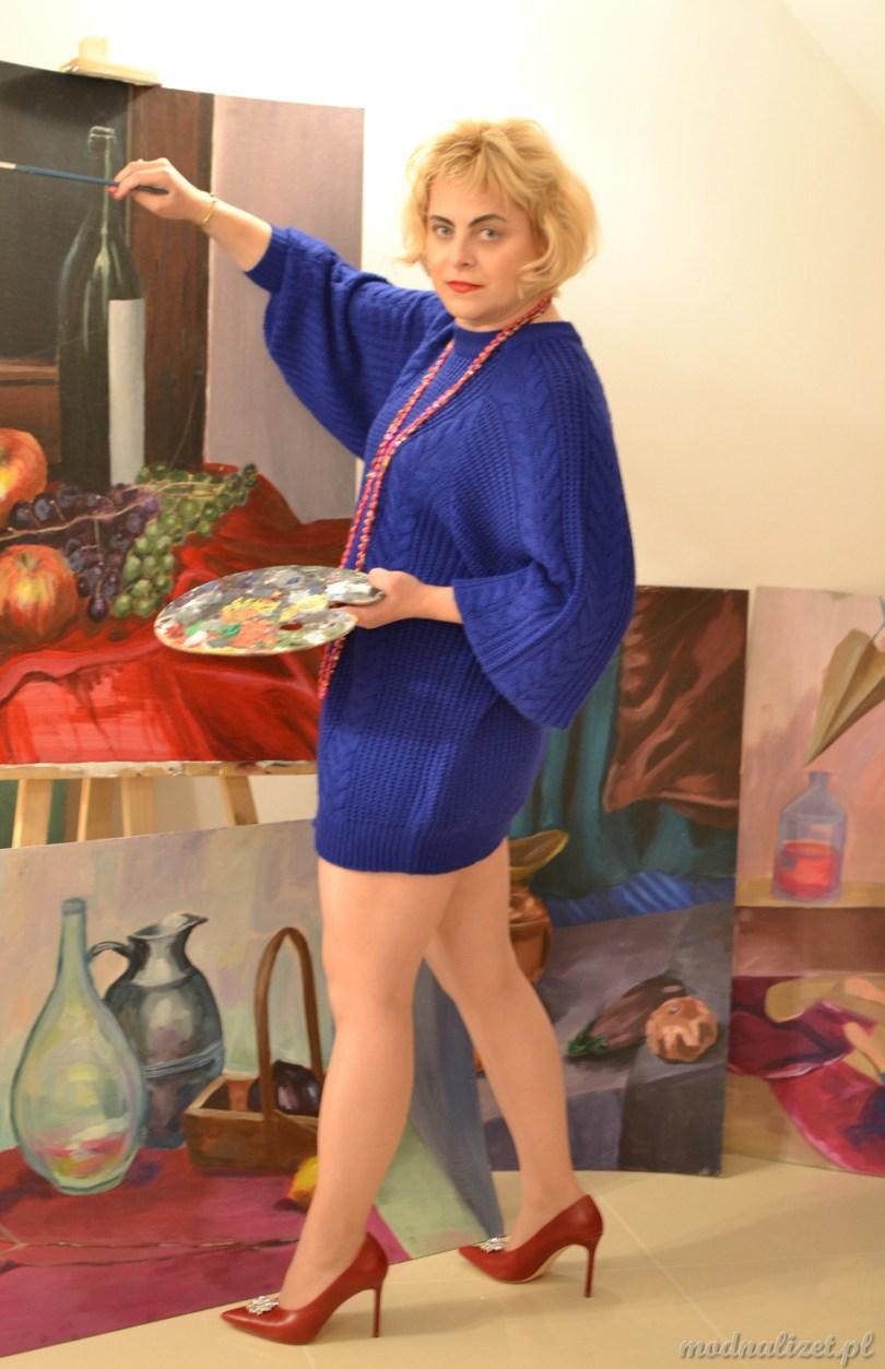 Modna Lizet w kobaltowym swetrze