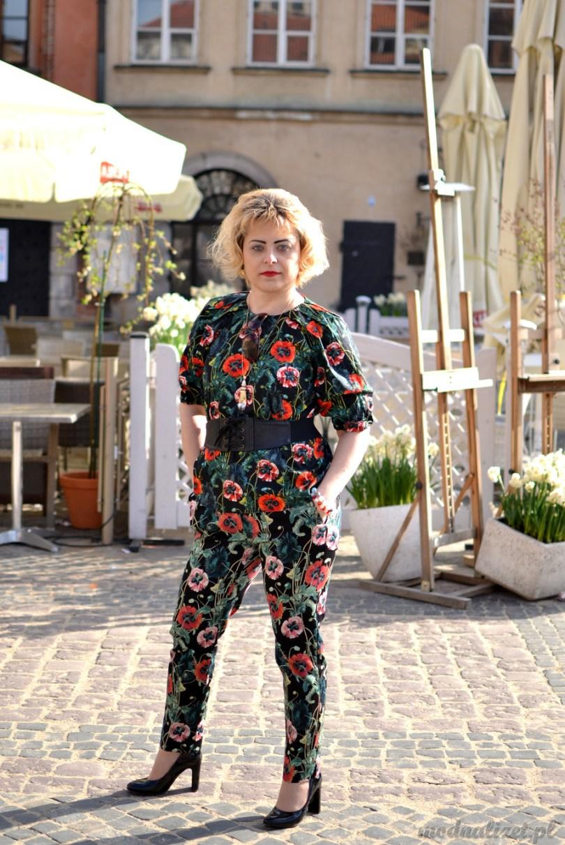 Moda na kombinezon kwiatowy
