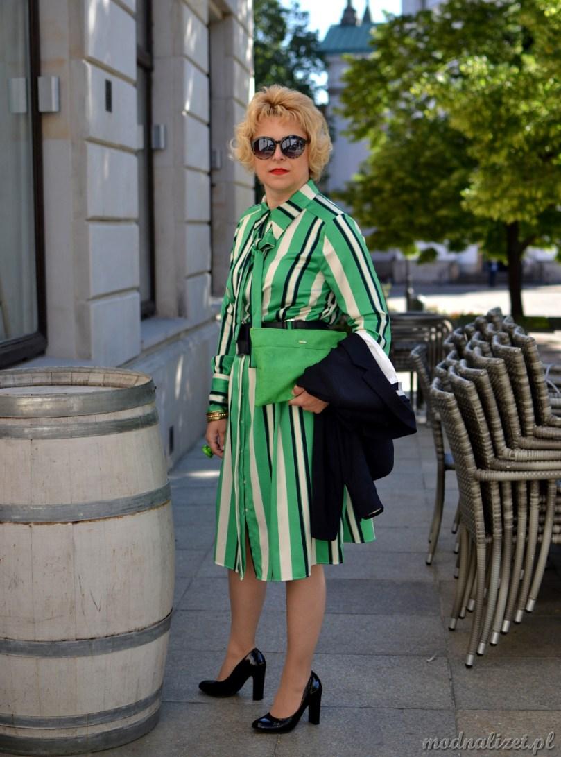Granatowa marynarka i zielona sukienka
