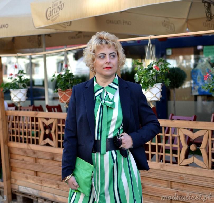 Modna Lizet w zielonej sukience