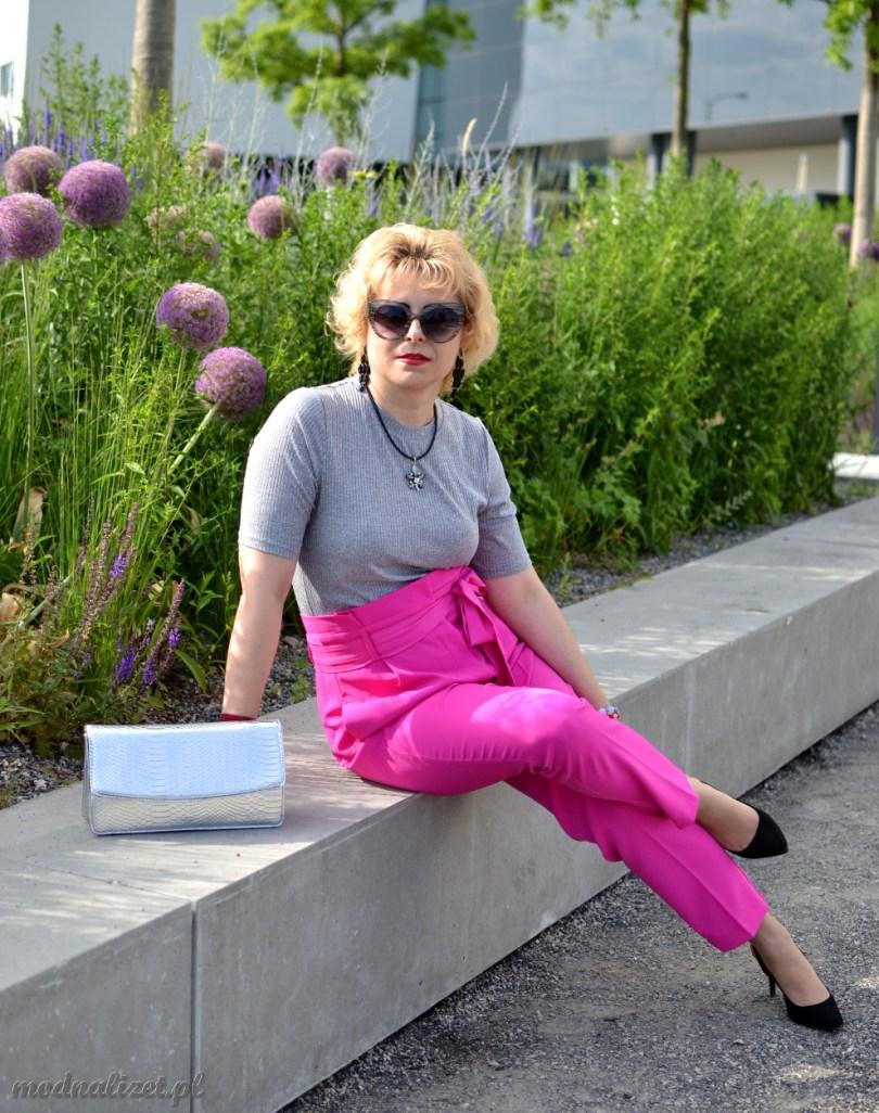 Różowe spodnie w kokardę i szara bluzka