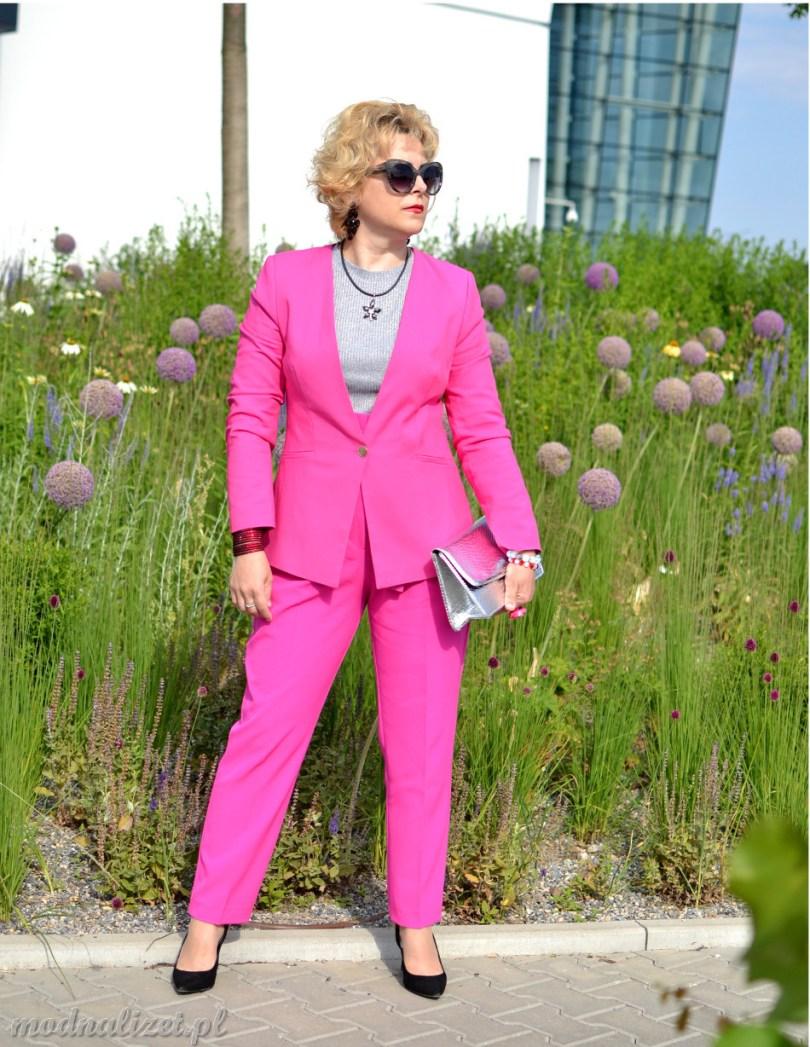 Modny kostium w kolorze różowym