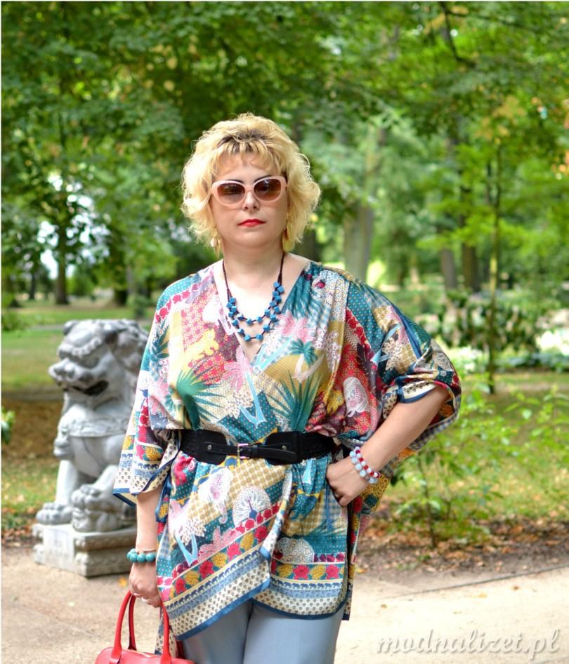 Kolorowa bluzka i szerokie spodnie