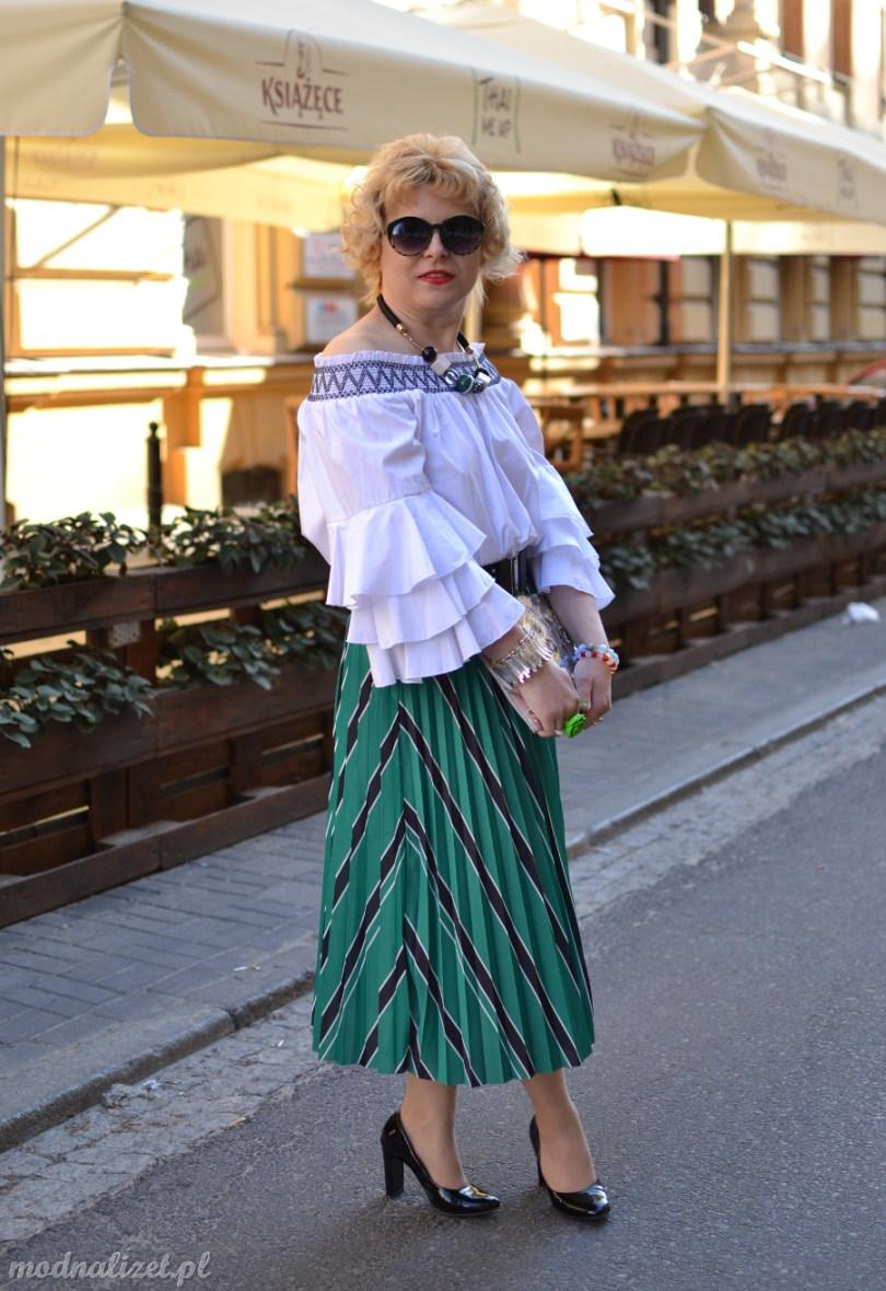 Zielona spódnica i biała bluzka
